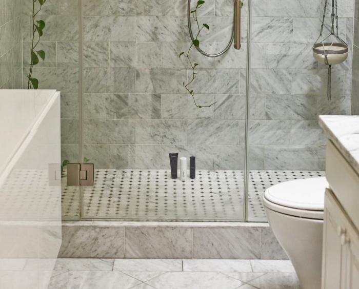 Riparare il piatto doccia? L'inquilino di sotto può rivalersi in caso di perdite.