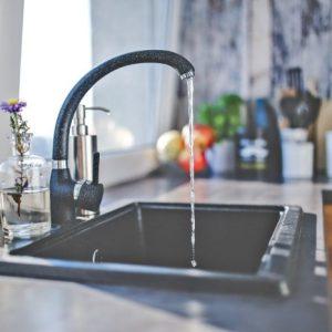 L'acqua torna su dal lavandino della cucina? Ecco il segreto per risolvere!